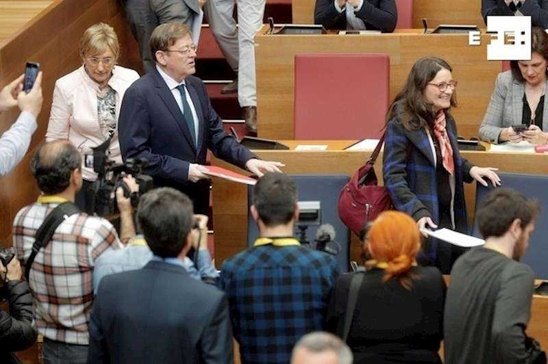 El president de la Generalitat, Ximo Puig, la vicepresidenta, Mónica Oltra, y la consellera de Sanidad, Ana Barceló en el pleno. EFE