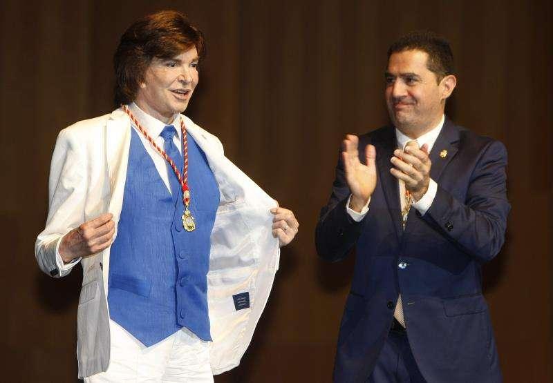 El cantante Camilo Sesto, durante el multitudinario homenaje en el teatro Calderón de Alcoy, donde le recibirá la medalla de oro de la ciudad y la distinción de hijo predilecto. EFE/Archivo