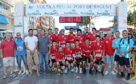 La plantilla junto al presidente del club, concejales del ayuntamiento y los organizadores al inicio de la 46 Volta a Peu al Port de Sagunt, donde el equipo ha participado, como parte de la pretemporada que esta realizando.