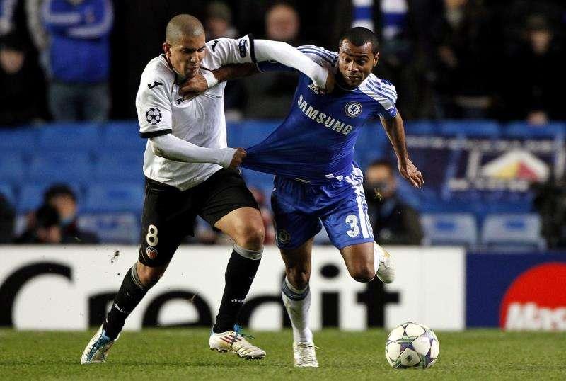 El jugador del Chelsea Ashley Cole (d) disputa el balón con Sofiane Feghouli (i), del Valencia durante un partido por la Liga de Campeones. EFE/Archivo