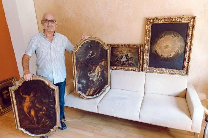 El director de Patrimonio, Vicent Pellicer, muestra las obras atribuidas a Camarón y López. Foto: J.Estevan