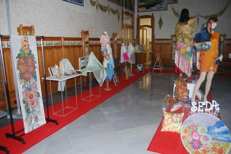 Exposición de piezas elaboradas en seda e inspiradas en motivos de la terminal ferroviaria. epda