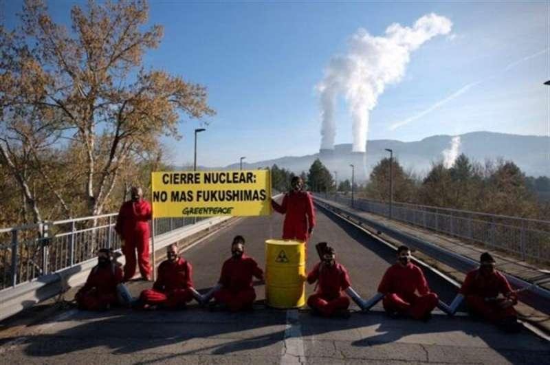Los activistas de Greenpeace en la acción, en una imagen facilitada por la organización.
