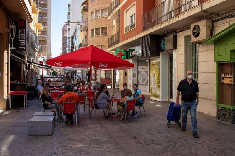 Ambiente en una calle de Lleida este sábado. EFE/Oscar Cabrerizo