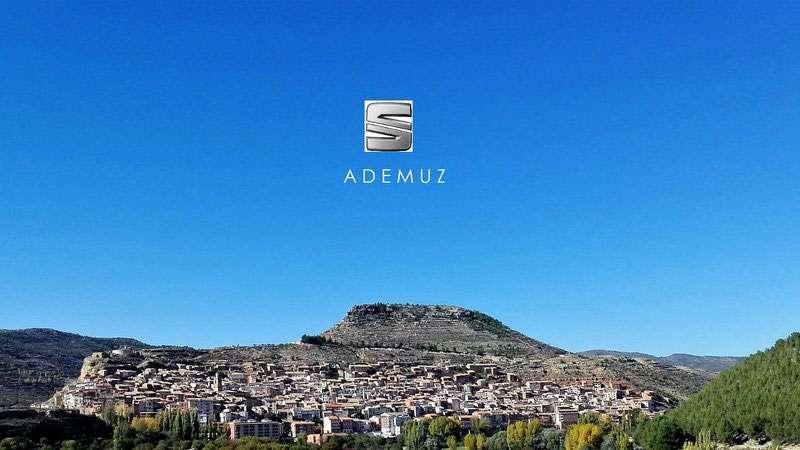 Ademuz junto con el logo de Seat