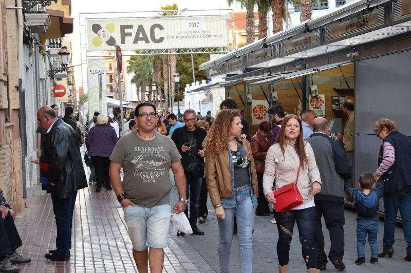 Miles de personas visitaron la Fira Associativa i Comercial de Benetússer. EPDA