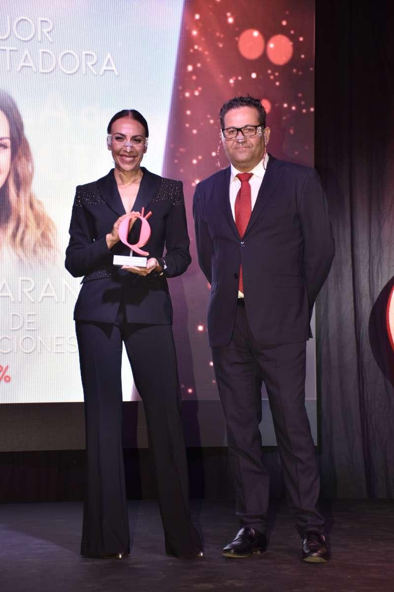 Mónica Naranjo recibe el premio en la gala. EPDA