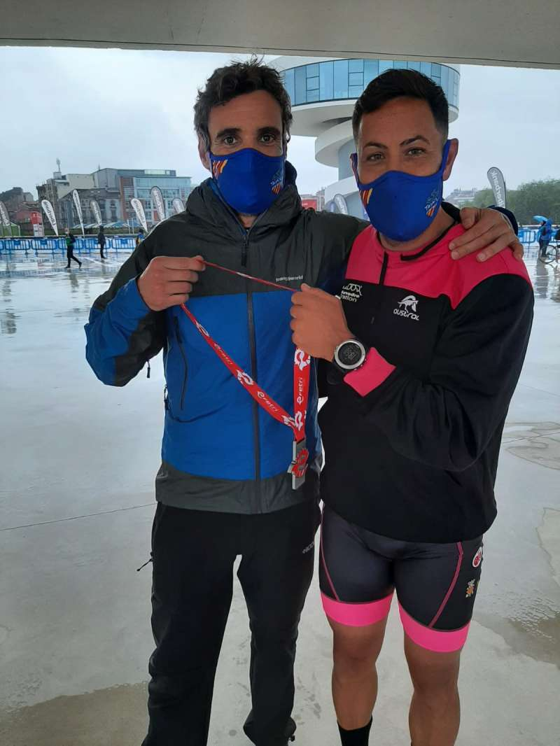El triatleta, junto a su preparador físico. / EPDA