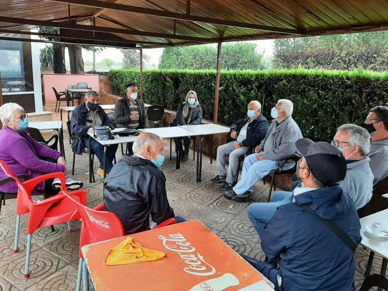 Reunión entre los vecinos de Serra Parenxisa y José Francisco Gozalvo.