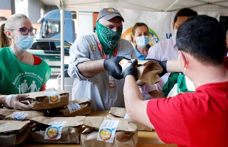 El cocinero José Andrés participa en el reparto de menús que World Central Kitchen. EFE