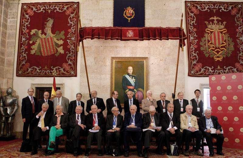 Fotografía de familia de los premios Nobel que formaron parte del jurado de los Premios Rey Jaime I de 2012. EFE