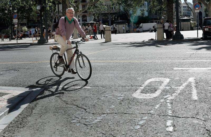 El alcalde de València, Joan Ribó, a su llegada hoy, en bicicleta, al Ayuntamiento tras revalidar el cargo de alcalde al ganar ayer, con 10 concejales, las elecciones municipales. EFE