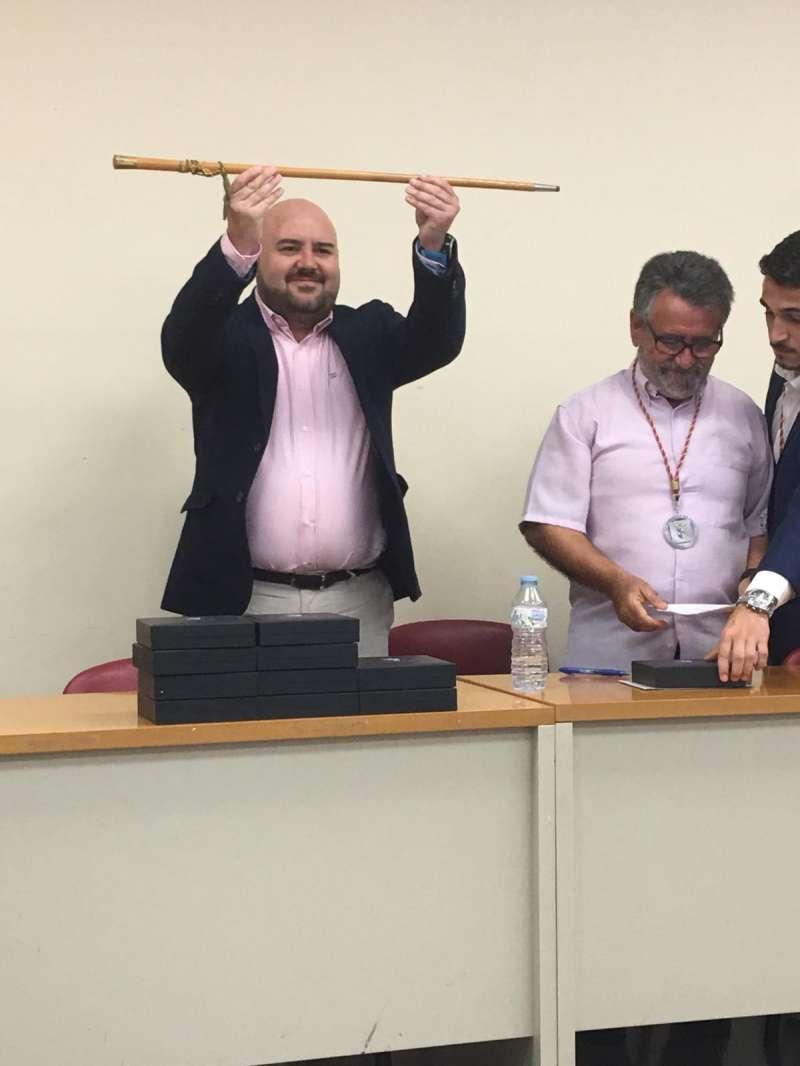 Salva Costa con la vara de mando tras ser investido alcalde de Gilet. EPDA