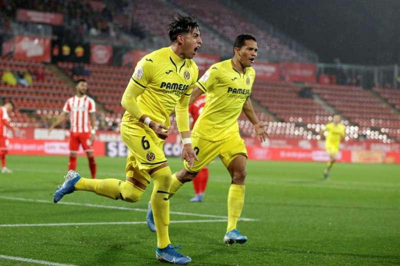 Los jugadores del Villarreal, Funes Mori (i) y  Carlos Bacca, celebran el primer gol del equipo castellonens. EFE/David Borrat.