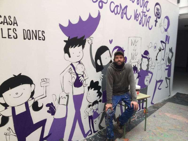 El reconegut muralista Joan Turu il·lustra la Casa de les Dones de Xàtiva. EPDA