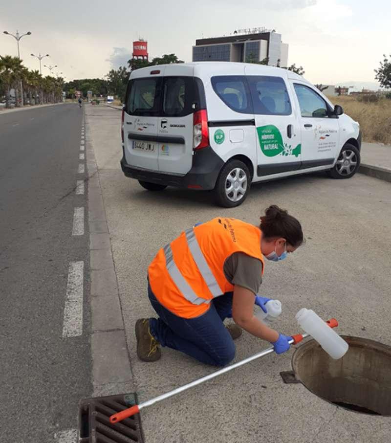 Toma de muestras de aguas residuales en Paterna