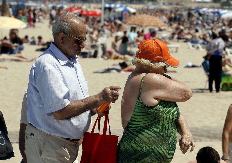 Un pareja disfruta del bueno tiempo en una playa de Alicante. EFE/Archivo