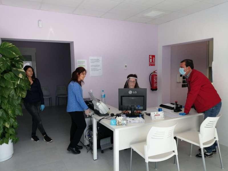 El alcalde, Andrés Martínez, esta semana en las dependencias de los Servicios Sociales. EPDA