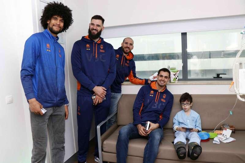Los jugadores del Valencia Basket Club visitan a los pacientes pediátricos del Hospital La Fe. EPDA