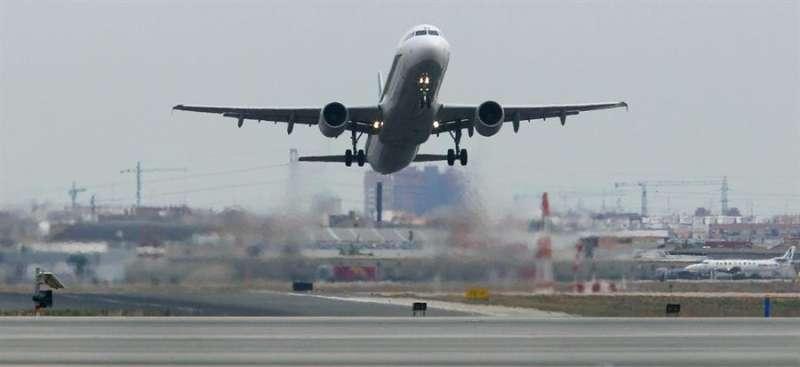 Un avión comercial despega desde el aeropuerto de Manises (Valencia). - EFE