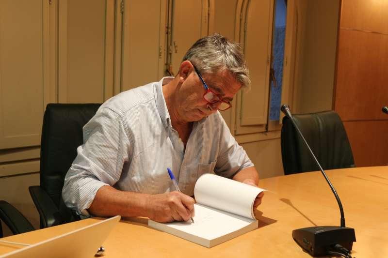 López Blay firmando ejemplares