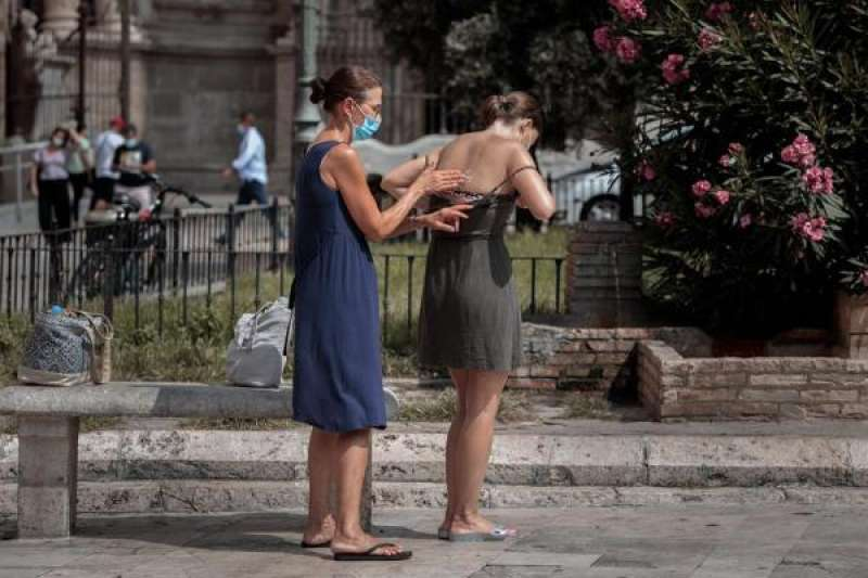 Dos turistas se aplican crema solar. EFE/Biel Aliño/Archivo,/ EPDA