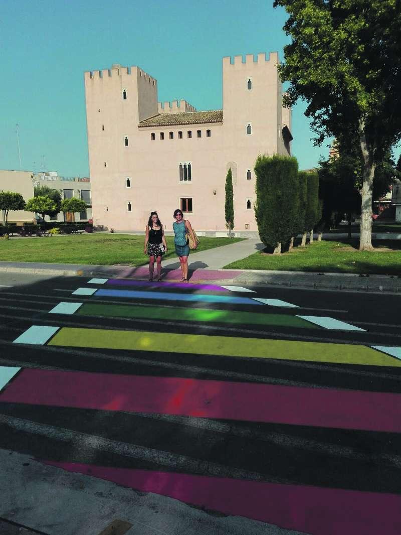 Pas de peatons amb els colors de la diversitat. / epda