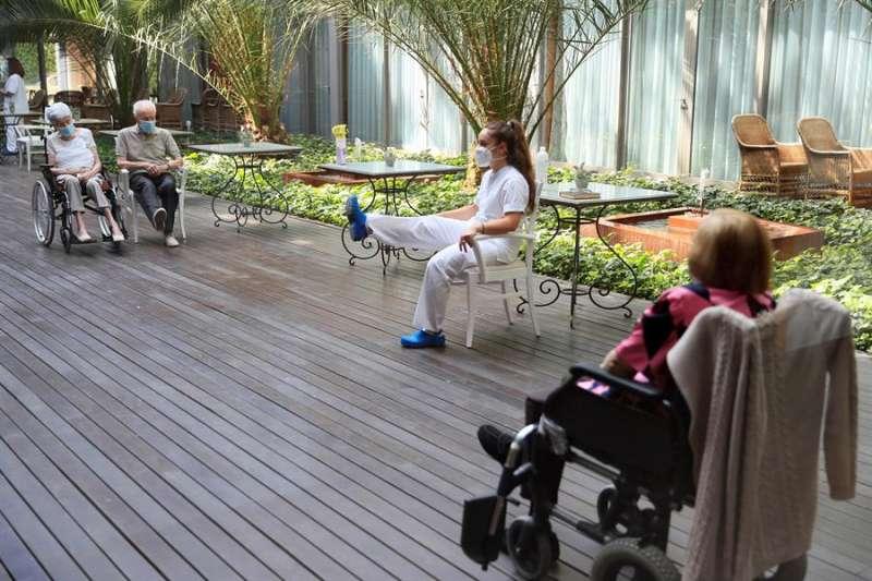 Una trabajadora de residencia imparte clases de mantenimiento para los mayores. EFE