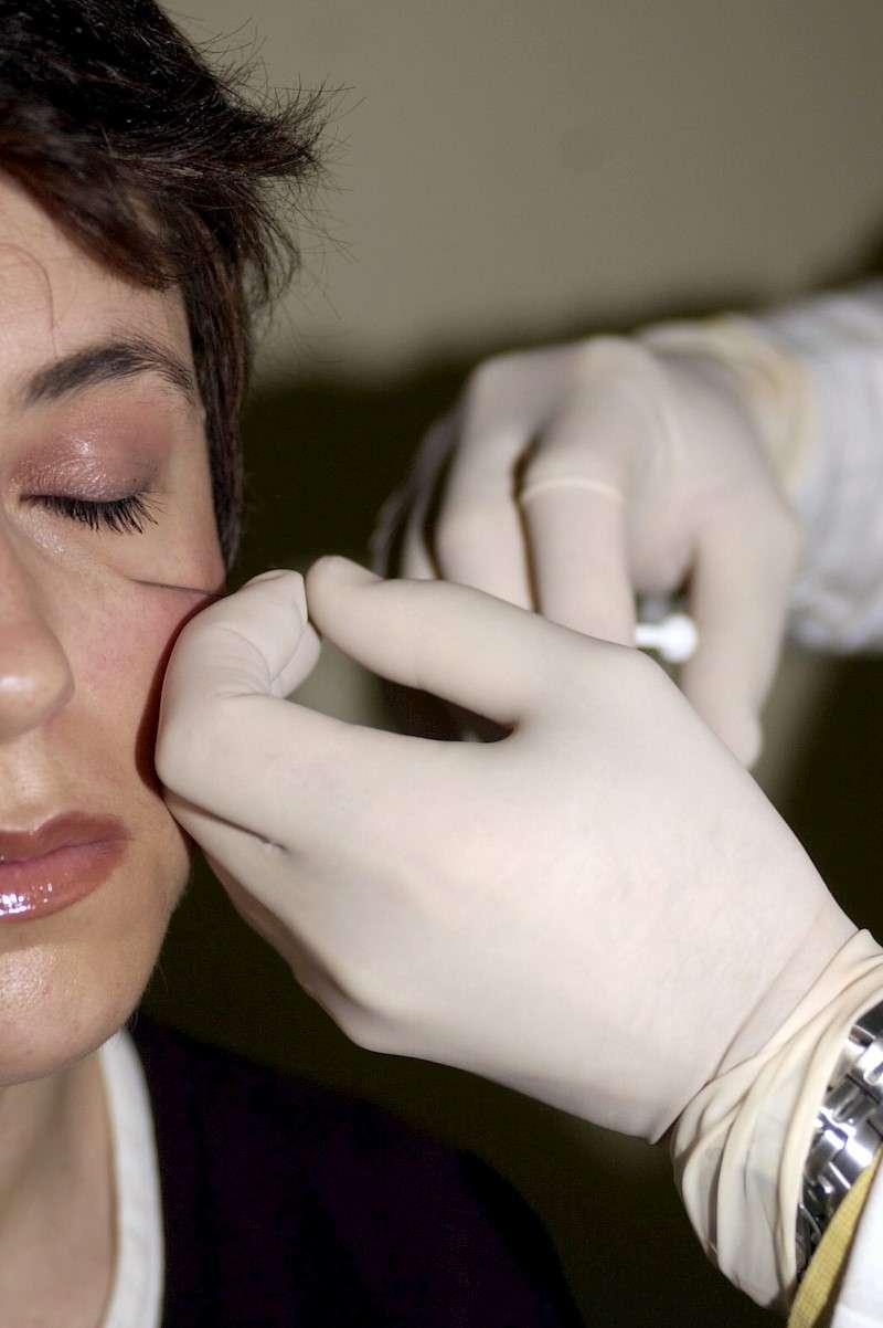 Implantación de una inyección de botox. EFE