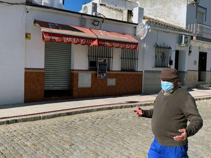 Una persona con mascarilla camina por la calle de un pueblo. EFE/Archivo