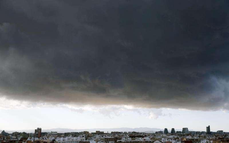 Vista general de la ciudad de València cubierta de nubes. EFE/Archivo