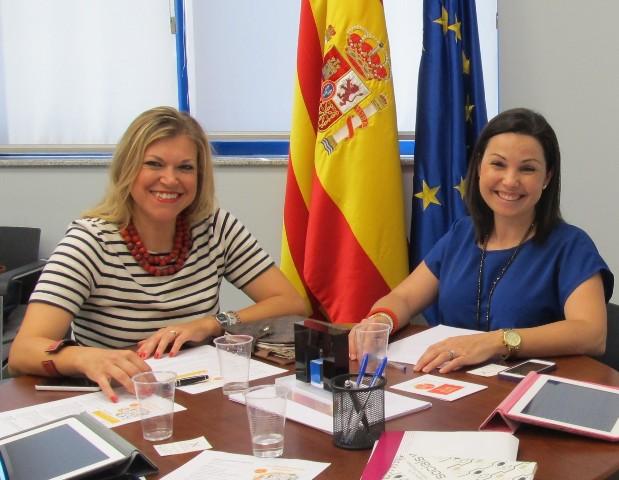 Cristina Plumed, presidenta de ASECAM, y Davinia Bono, concejal de juventud del Ayuntamiento de Sagunto. FOTO: EPDA