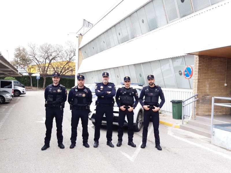 El Jefe de la Policia Local de Paterna, Rafael Mestre junto a los 4 nuevos agentes. / EPDA