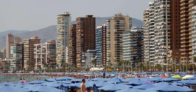 Miles de turistas disfrutan del sol y las altas temperaturas en la playa de Levante de Benidorm. EFE/Archivo