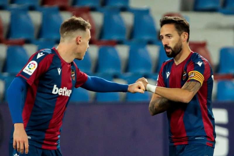 El centrocampista del Levante UD Morales (d), celebra junto a su compañero el defensa del Levante UD Carlos Clerc (i), un gol. EFE/Biel Aliño