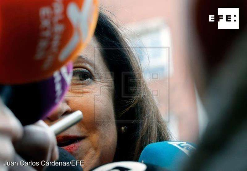 La ministra de Defensa, Margarita Robles, atiende a los medios de comunicación a su llegada a la residencia de la tercera edad con centro de día para personas mayores en las instalaciones del antiguo cuartel militar de Mislata (Valencia)y en la que se ha referido, entre otras cuestiones, al adelanto electoral. EFE