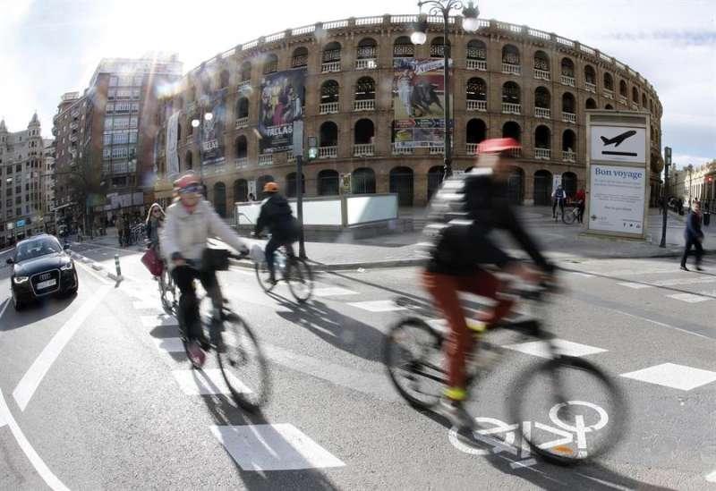 Varios ciclistas circulando por el carril bici de València. EFE/Juan Carlos Cárdenas/Archivo