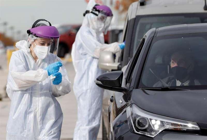Dos sanitarios realizando PCR a las puertas del hospital de campa�a de La Fe.