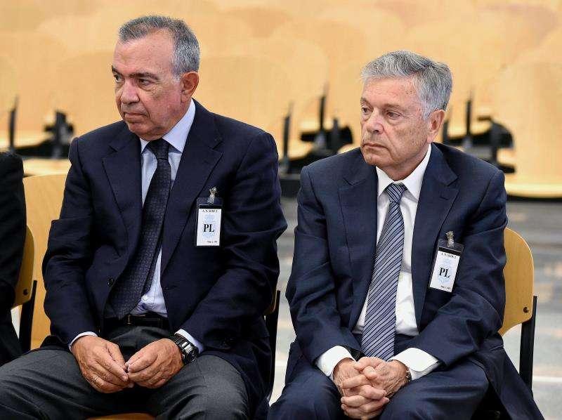 El expresidente de la Caja de Ahorros del Mediterráneo (CAM) Modesto Crespo (d), y el ex director general, Roberto López Abad (i), dos de los exdirectivos de la entidad acusados de varios delitos, en la sala de juicios. EFE/Archivo