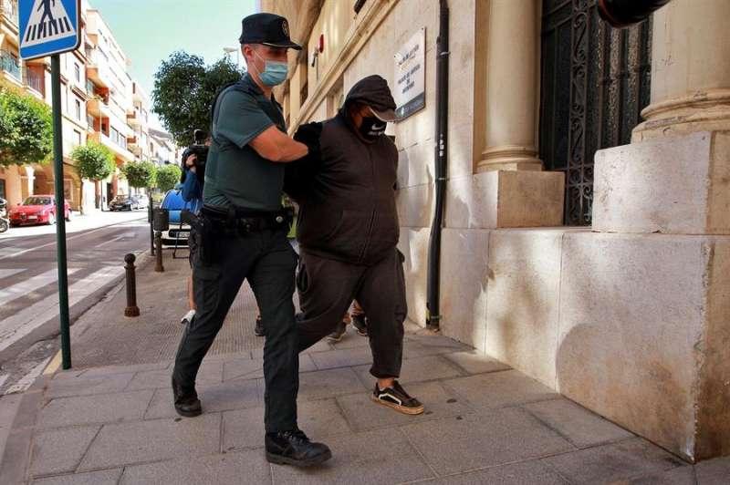 Entrada de uno de los detenidos en el juzgado