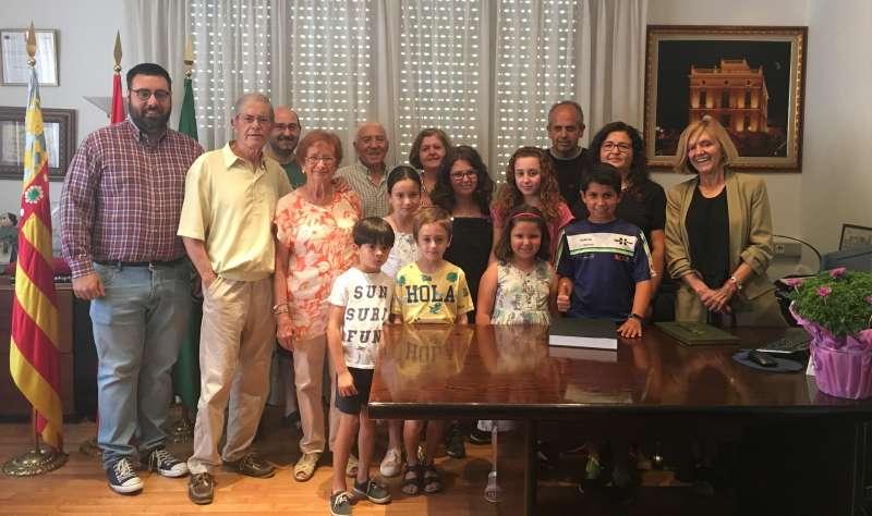 Marcos Ludeña con su familia durante la firma unto a la Alcaldesa y concejal