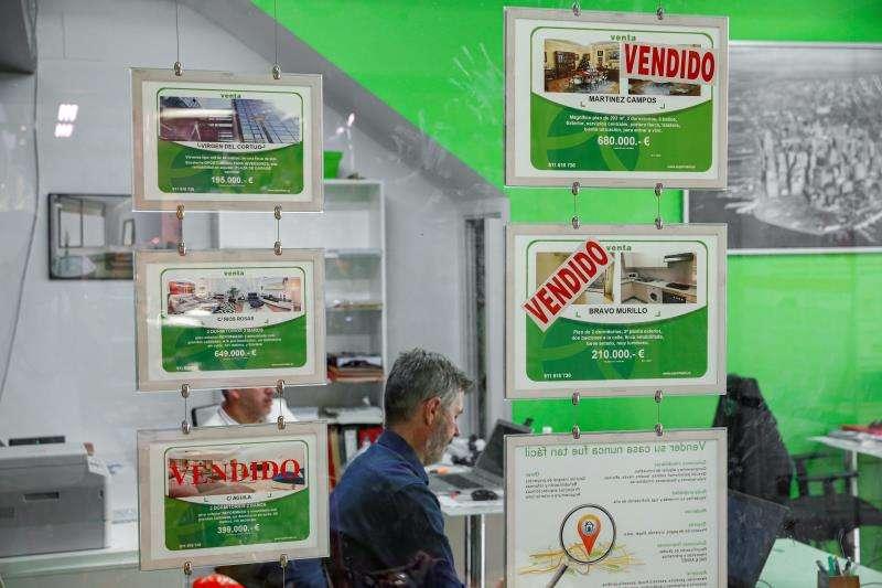 Carteles informativos colgados en el escaparate de una inmobiliaria. EFE/Archivo