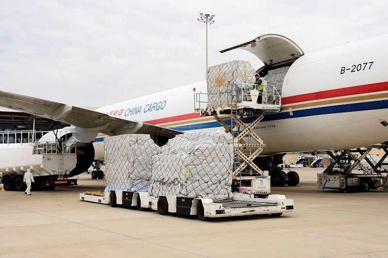 Primer avión procedente de China con las primeras seis toneladas de material de protección. EFE