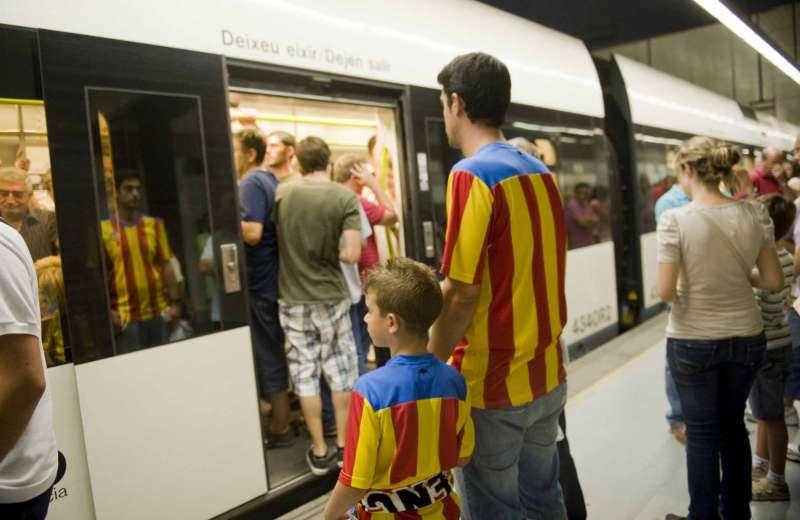 Aficionados del València esperan al metro. EPDA