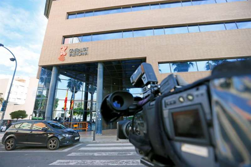 Las cámaras de televisión dirigen sus objetivos a las puertas de los juzgados de Alicante en una imagen de archivo. EFE