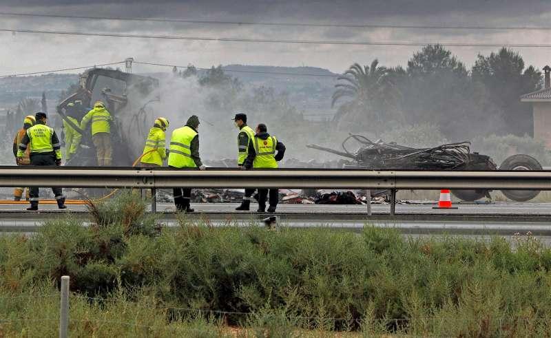 Agentes de la Guardia Civil y bomberos trabajan en un accidente en la autovía A-7. EFE/MORELL/Archivo