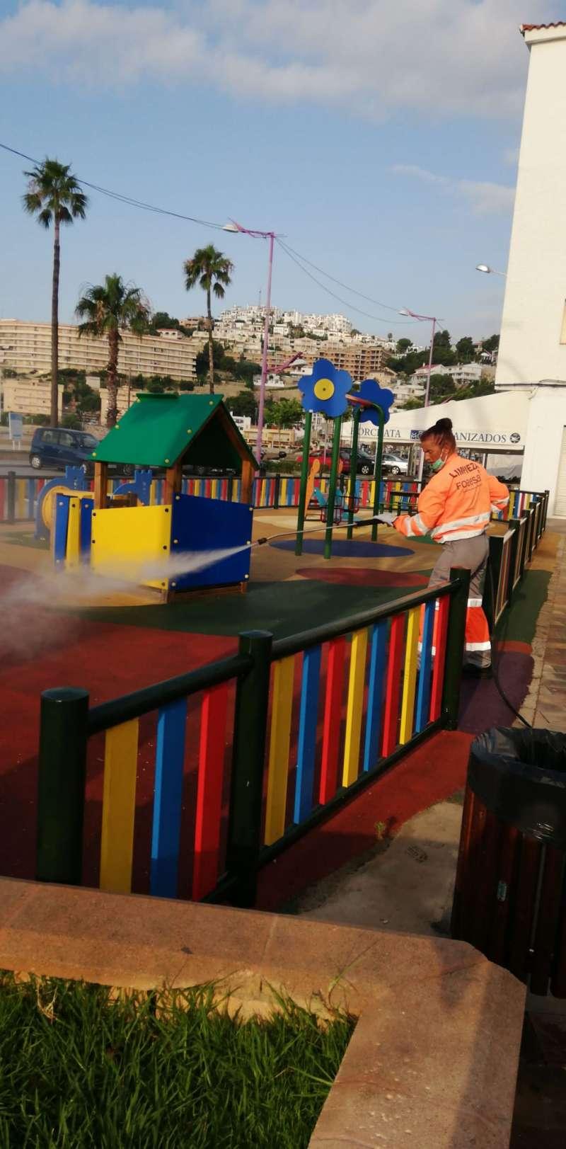 Trabajadora haciendo labores de desinfección en un parque infantil./PDA