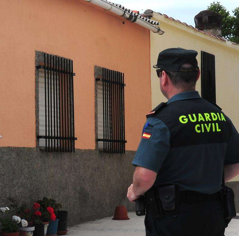 Un guardia civil durante una operación.
