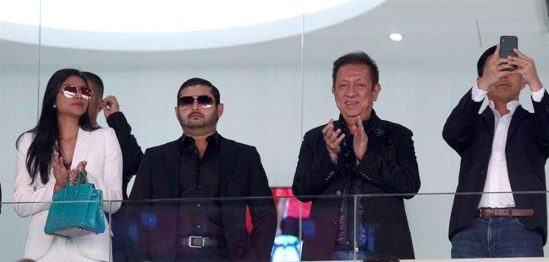 El máximo accionista del Valencia CF, Peter Lim (2d) junto al príncipe de la Corona de Johor, Tunkur Ismail Idris (2i), en un palco de Mestalla EFE/Archivo/Miguel Ángel Polo