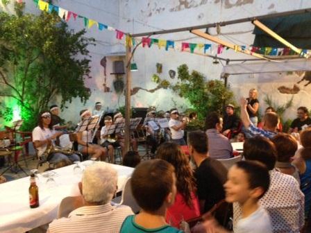 Actuación de la banda Kung fu Banda en Olocau.